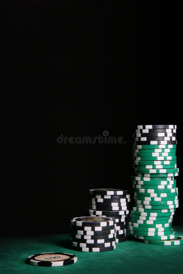Puces de casino au-dessus de noir images libres de droits