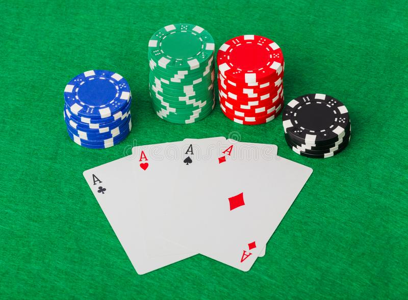 Puces de casino et cartes de jeu sur la table verte photo stock