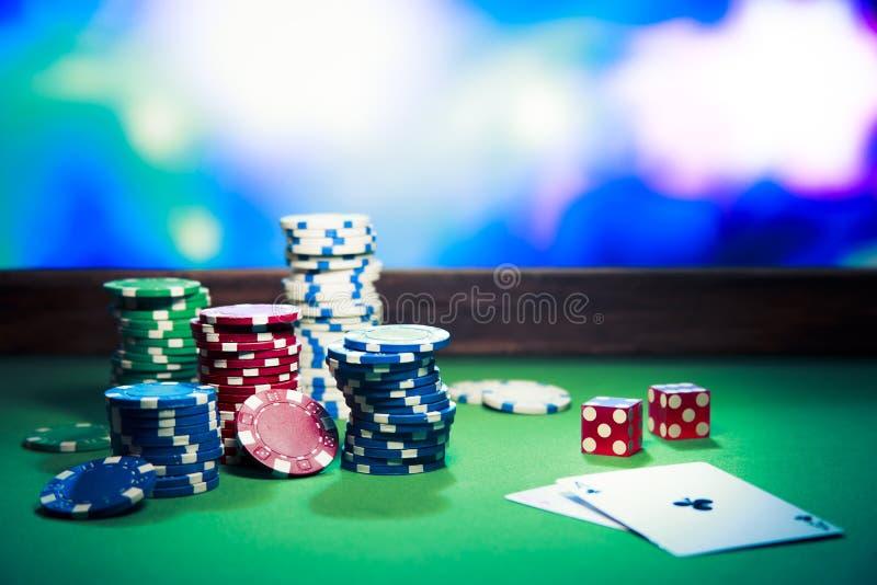 Puces de casino sur la table de jeu image stock