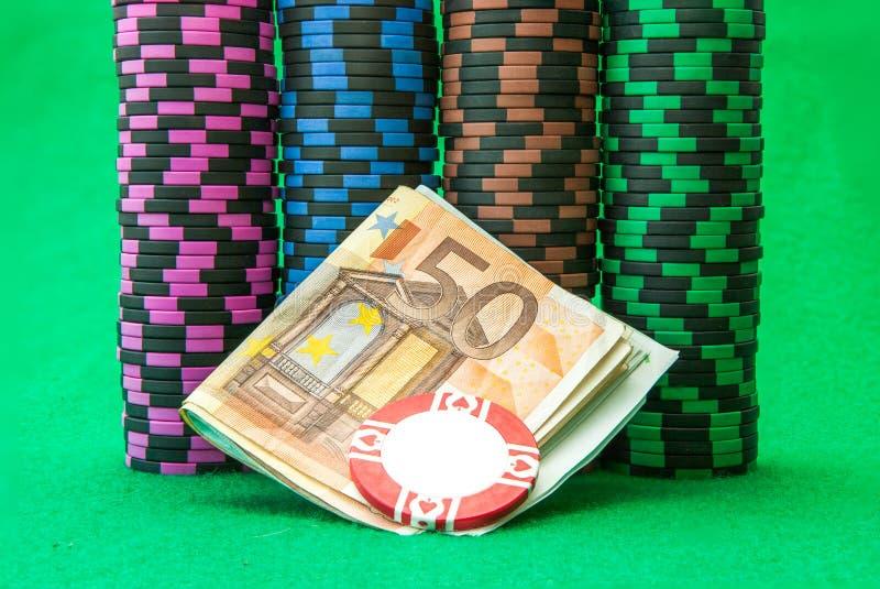 Puces de casino sur la table verte avec l'euro images stock