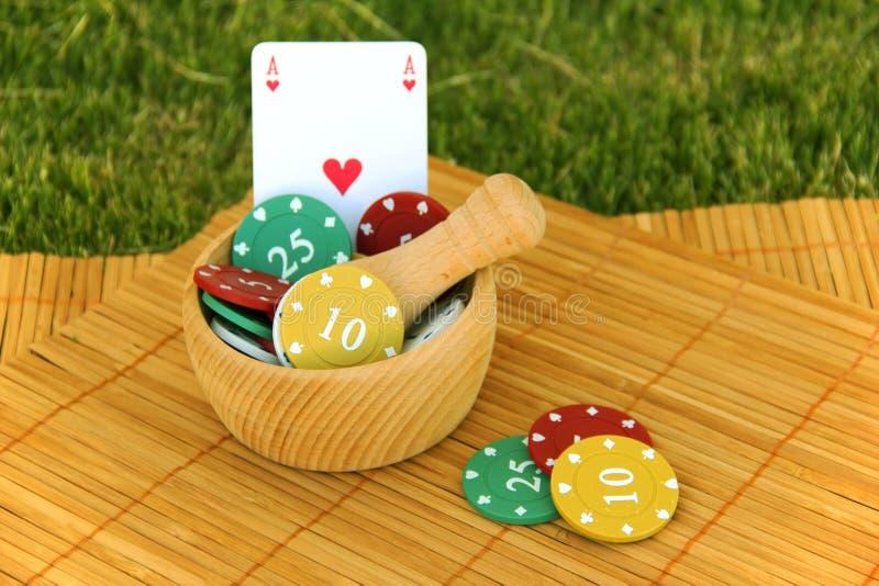 Puces de jeu avec la carte de jeu photo stock