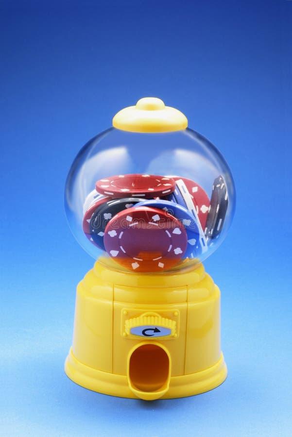 Puces de jeu dans la machine de Bubblegum photo stock
