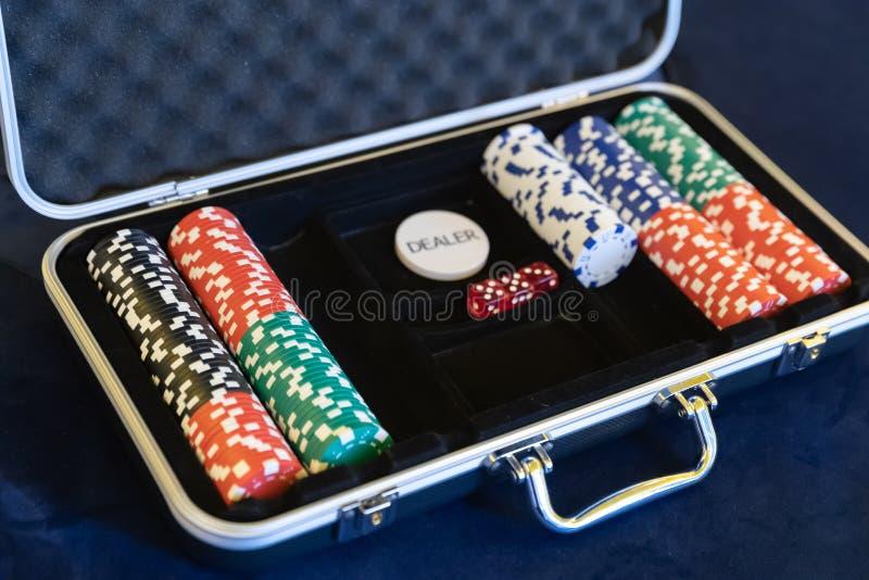 Puces de jeu pour le revendeur dans la serviette argentée ouverte de sécurité en métal sur la piscine ou la table de jeu image stock