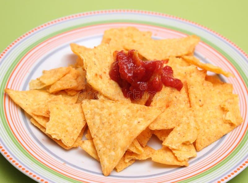 Puces de Nacho avec de la sauce à Salsa photos stock