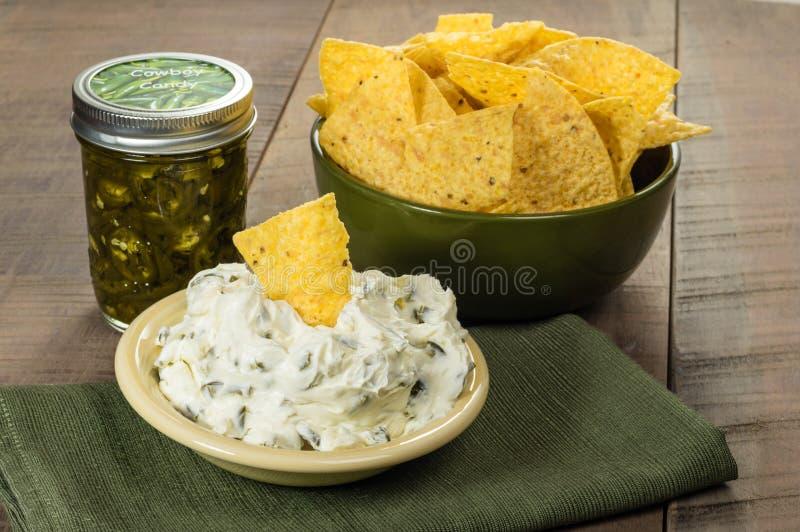 Puces de Nacho avec l'immersion de fromage fondu photo libre de droits