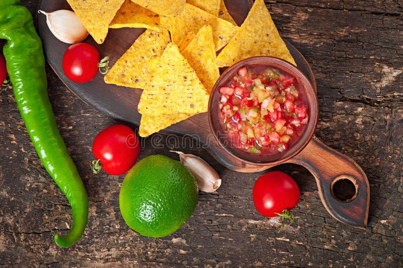 Puces de nacho et immersion mexicaines de Salsa image stock