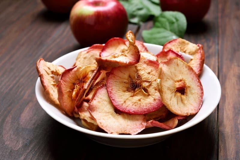Puces de pomme déshydratées par casse-croûte de fruit image libre de droits