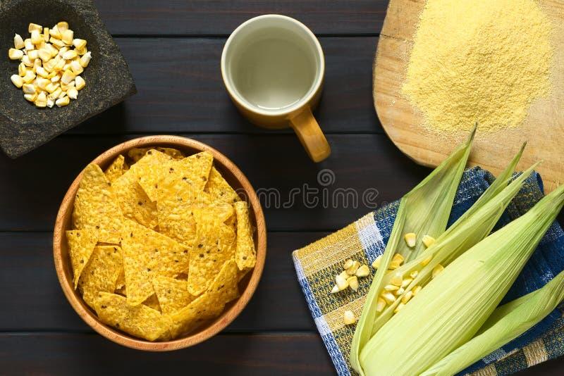 Puces de tortilla avec des ingrédients photo stock