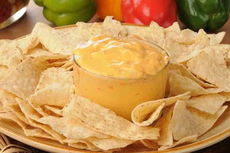 Puces de tortilla avec l'immersion de fromage épicée photographie stock libre de droits