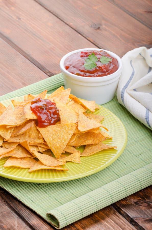 Puces de tortilla avec le Salsa épicé de tomate images stock