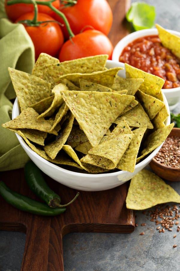 Puces de tortilla saines de maïs avec des épinards et des graines de lin photos libres de droits