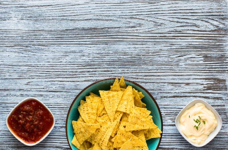 Puces mexicaines de nachos sur le fond en bois images stock