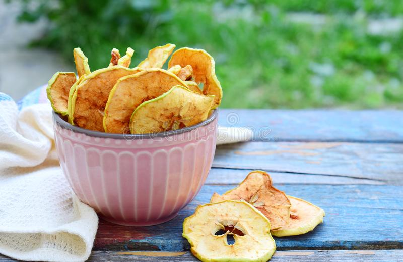 Puces organiques de pomme Fruits secs Casse-croûte doux sain Nourriture déshydratée et crue Copiez l'espace image libre de droits