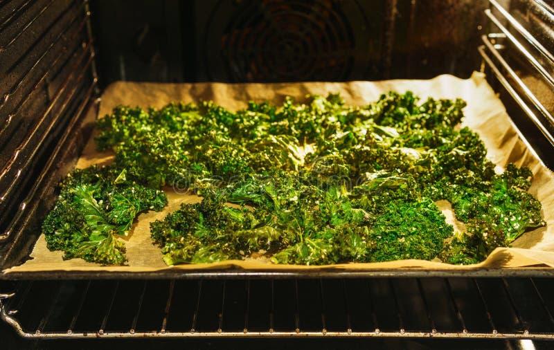 Puces préparées de chou frisé dans le four photographie stock
