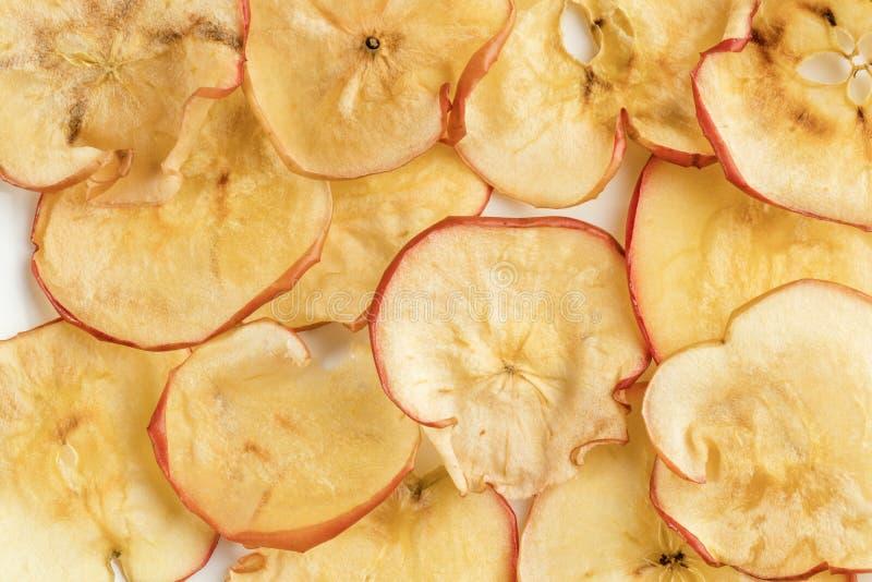 Puces sèches naturelles en gros plan de pomme du plat blanc comme fond images libres de droits