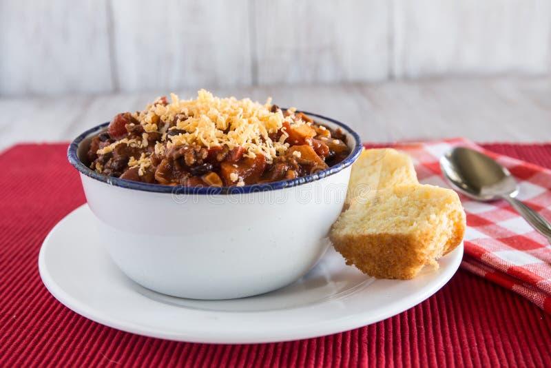 Puchar Chili wygody jedzenie Z Kukurydzanego chleba słodka bułeczka fotografia stock