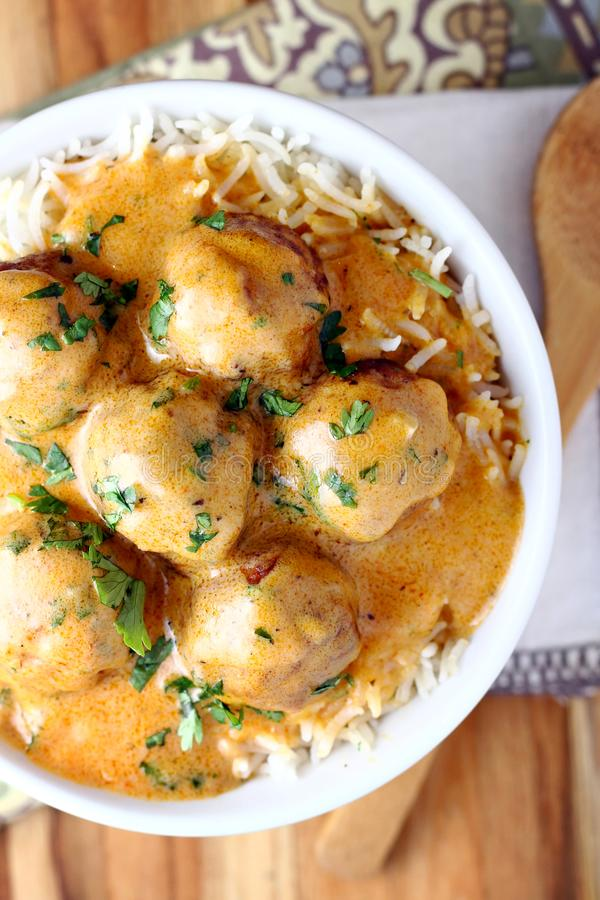 Puchar czerwoni currych klopsiki zdjęcie stock