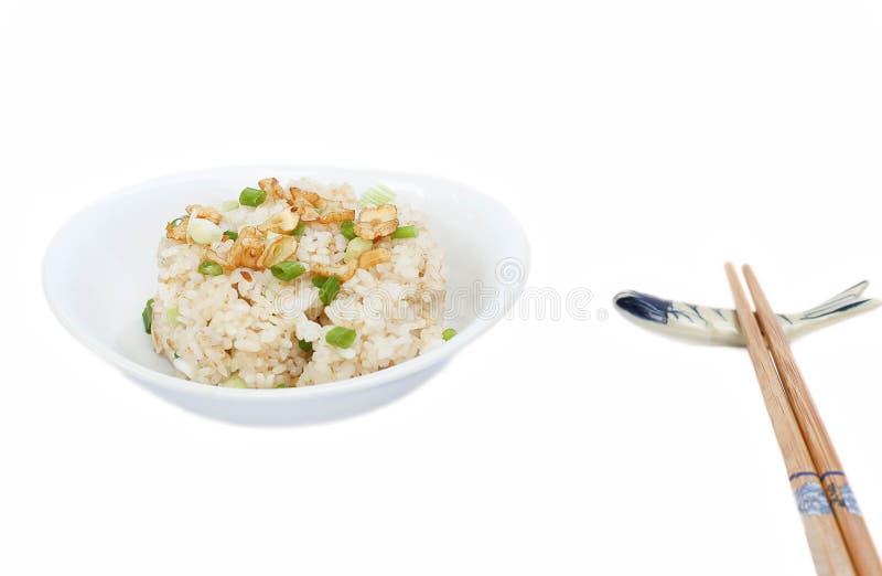 Puchar czosnek smażył ryż na odosobnionym fotografia royalty free