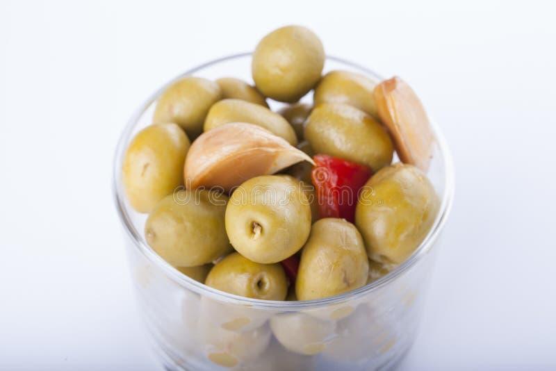 Puchar domowej roboty oliwki na szklanym, typowym hiszpańskim tapa, isolat obrazy royalty free