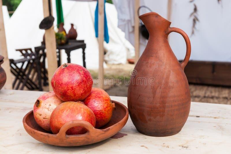 Puchar granatowiec owoc i earthenware miotacz fotografia stock