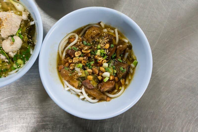 Puchar Hainan ryżowy kluski z braised wołowiną w Tajlandzkim stylu dalej zdjęcie royalty free