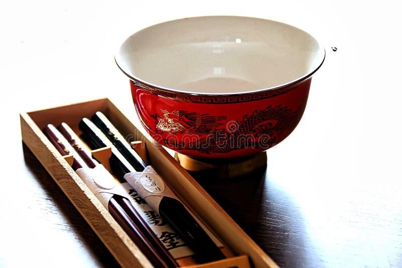 Puchar i chopsticks, wszystko gotowy dla wyśmienicie posiłku obrazy royalty free