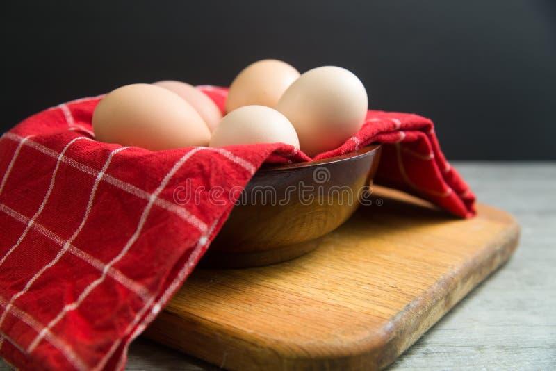 Puchar klatek bezpłatni brown jajka przygotowywający dla przepisu obrazy stock