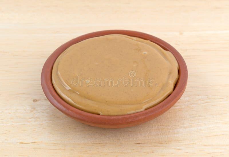 Puchar masło orzechowe na drewnianym stole obraz royalty free