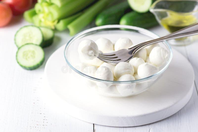 Puchar Mini mozzarella pomidorów Świeżego Ogórkowego Selerowego oliwa z oliwek Włoski Sałatkowy Zdrowy Karmowy Biały tło zdjęcia stock