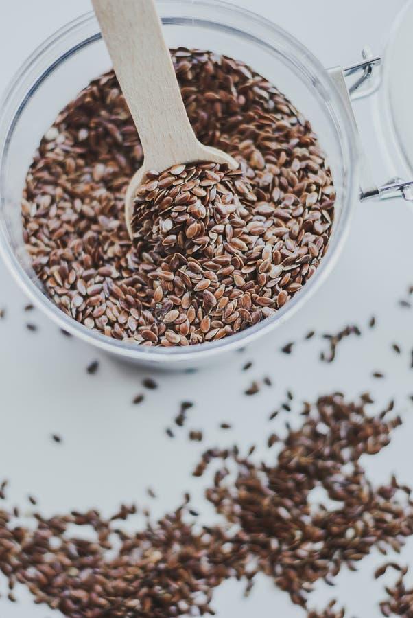 Puchar pełno brown linseed lub flaxseed fotografia stock
