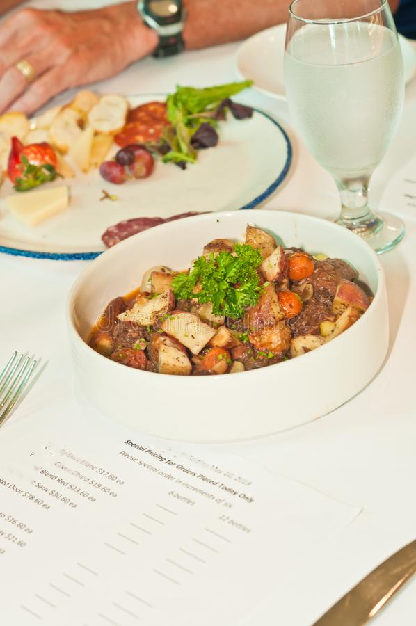 Puchar piec wieprzowina, brzuch, grule, marchewki przy włoskim wino degustacji wydarzeniem zdjęcia stock