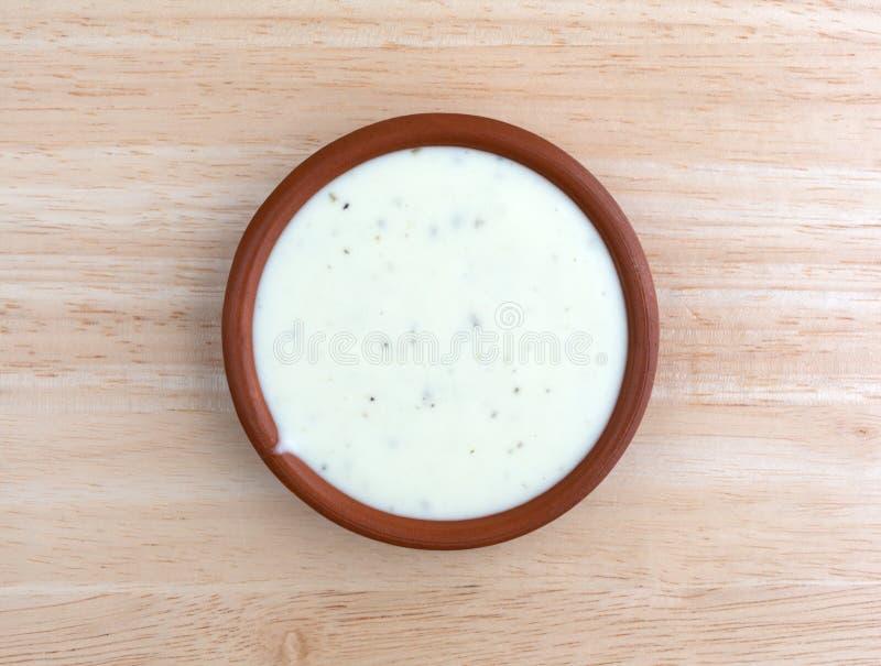 Puchar rancho opatrunek na drewnianym stołowym odgórnym widoku zdjęcia royalty free