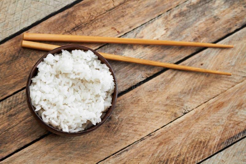 Puchar ryż i jedzenia kije obraz royalty free