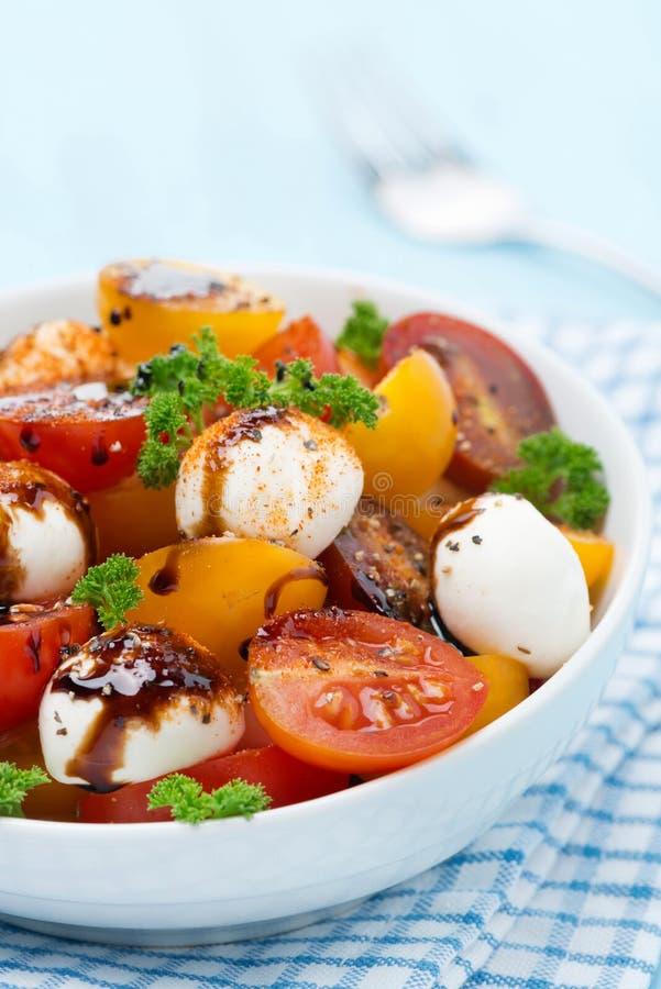Puchar sałatka z mozzarellą, balsamic kumberland, kolorowe wiśnie fotografia royalty free