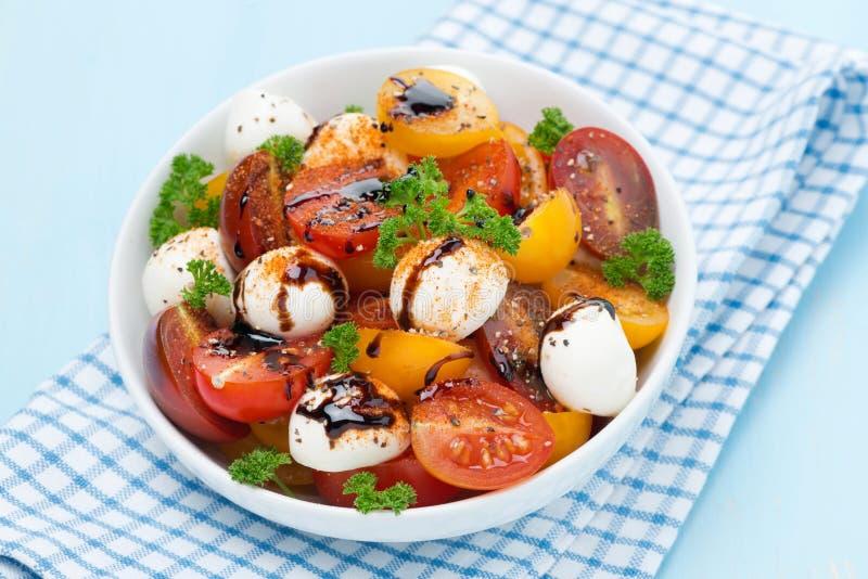 Puchar sałatka z mozzarellą, balsamic kumberlandem i pomidorami, fotografia stock