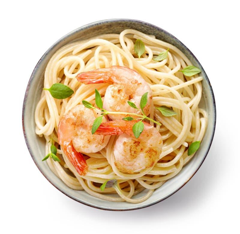 Puchar spaghetti i smażyć krewetki fotografia stock