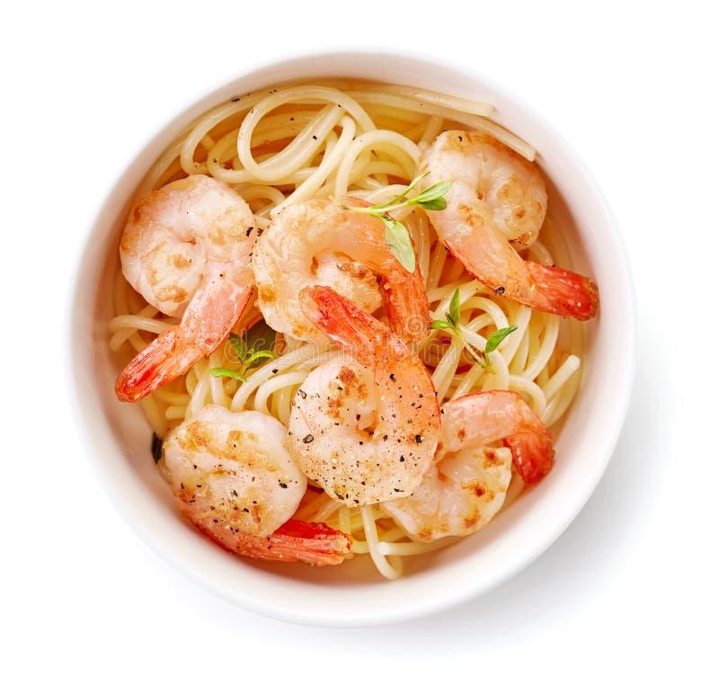 Puchar spaghetti i smażyć krewetki zdjęcia royalty free