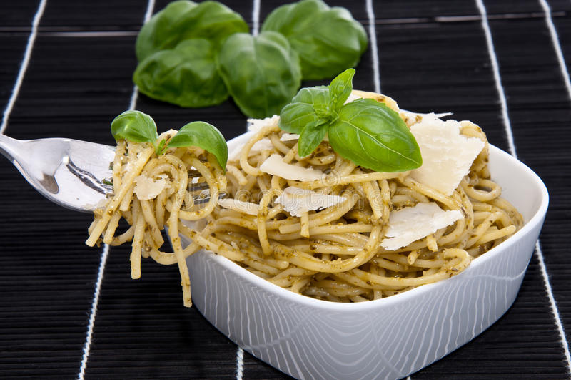 puchar wypełniający pesto spaghetti zdjęcia stock