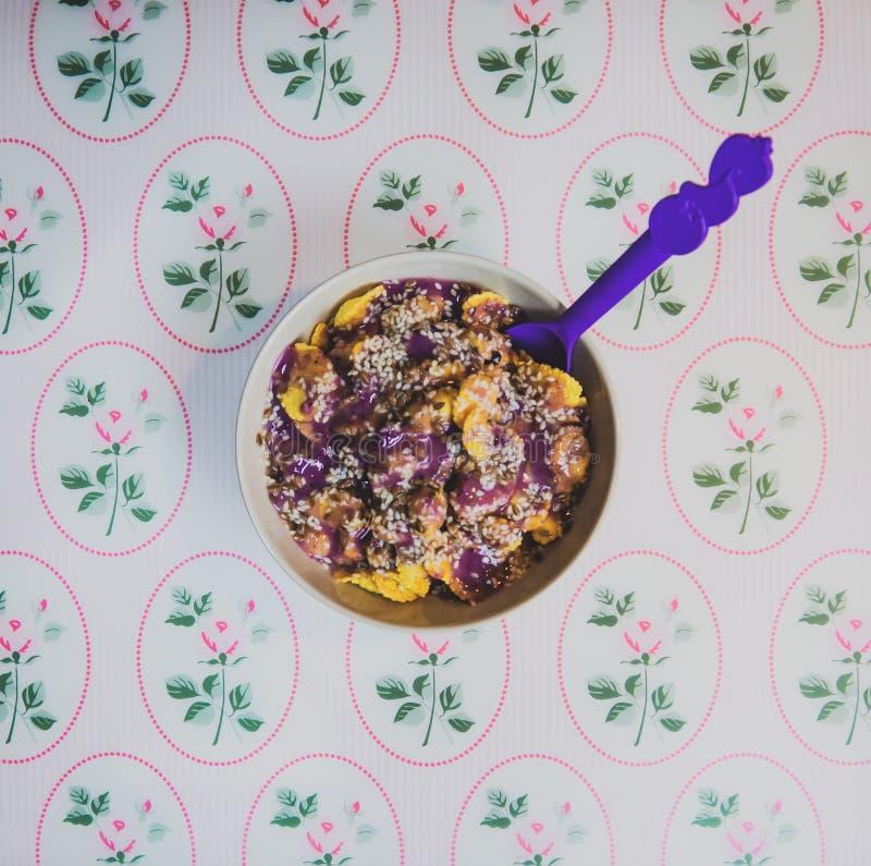 Puchar zboża, granola z oatmeal czarnej jagody jogurtem i len, chia ziarna, sezam, zdrowy jarski jedzenie, śniadanie, lunch fotografia stock