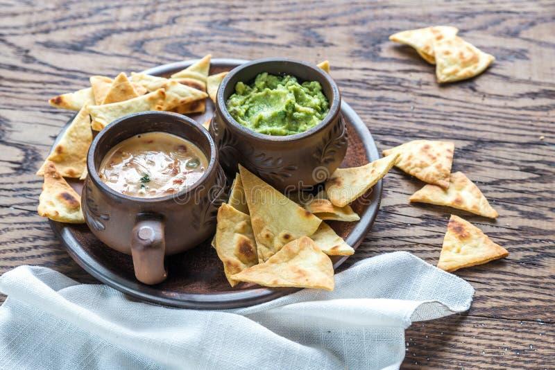 Puchary guacamole i queso z tortilla układami scalonymi zdjęcie stock