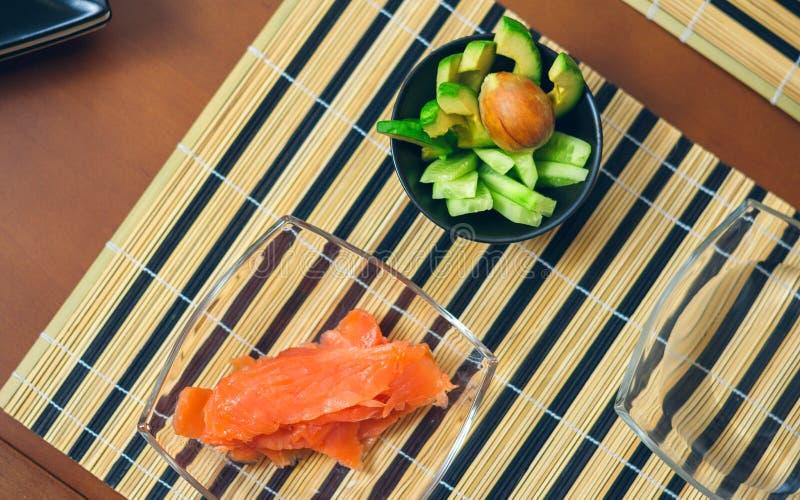 Puchary z avocado, ogórka i łososia cięciem, zdjęcie stock