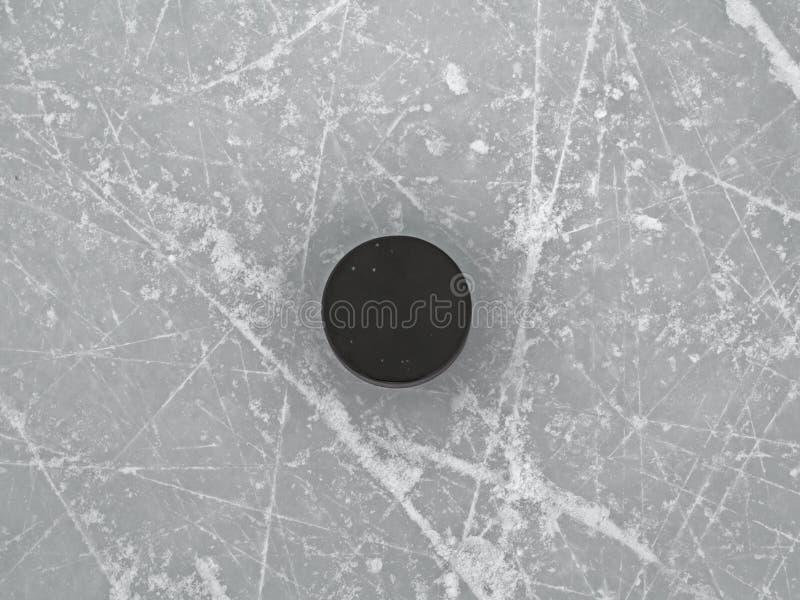 Puck op de oppervlakte van de ijshockeypiste, hockeyachtergrond stock fotografie