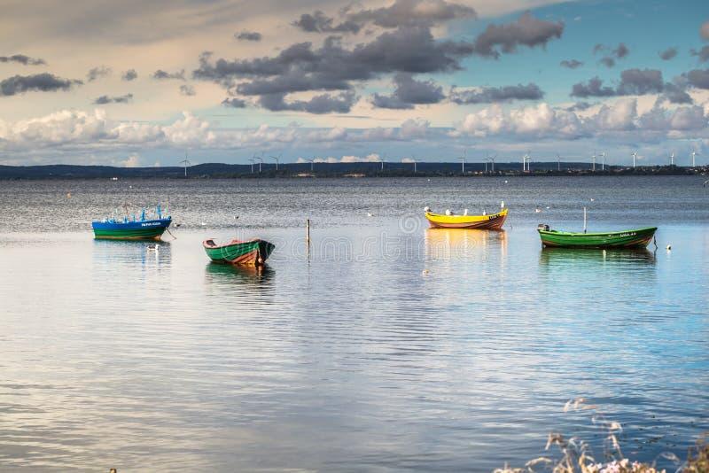 Puck Polen-September 5,2016: fiskebåtar baltiskt hav, fjärd av P arkivbild