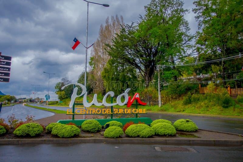 PUCON, CHILI - SEPTEMBRE, 23, 2018 : En bois instructif signe dedans un poteau avec les lettres énormes au pénétrer dans de la vi image libre de droits