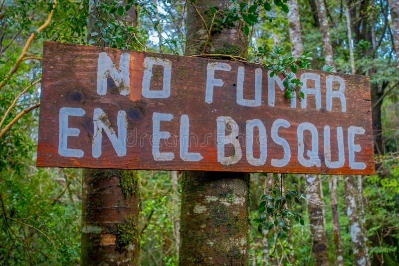 PUCON, CHILI - SEPTEMBRE, 23, 2018 : Fermez-vous du signe instructif en bois de non-fumeurs dans la forêt dans Pucon récreatif photographie stock