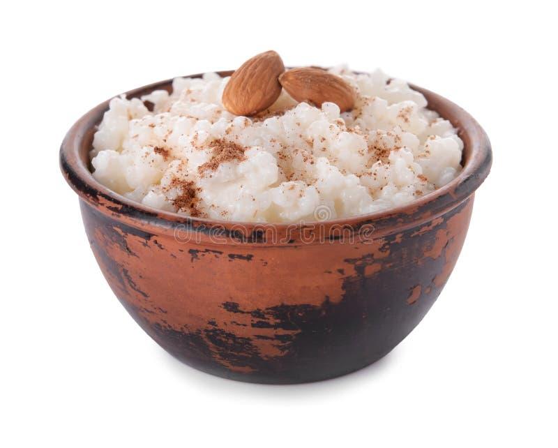 Pudín de arroz delicioso con canela y almendras en cuenco en el fondo blanco foto de archivo libre de regalías