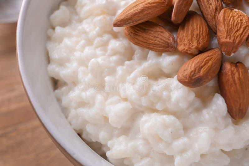 Pudín de arroz delicioso con las almendras en el cuenco, primer imagenes de archivo