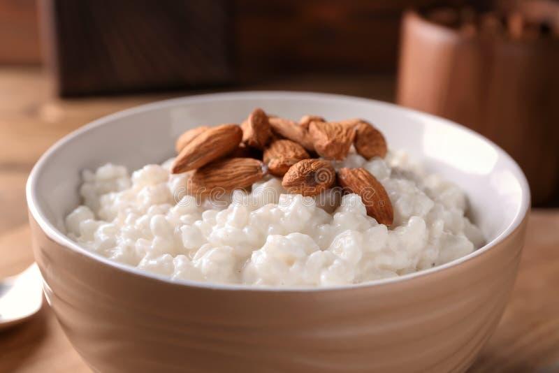 Pudín de arroz delicioso con las almendras en el cuenco, primer fotografía de archivo