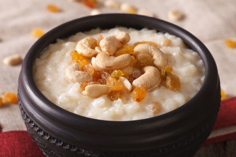 Pudín de arroz dulce con las nueces y las pasas en un primer del cuenco Hor fotos de archivo