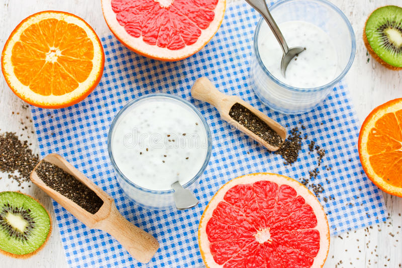 Pudín de la semilla de Chia con el yogur y las frutas exóticas frescas imagenes de archivo